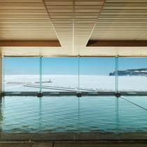 【大浴場】大浴場に一歩入ると流氷とオホーツク海のパノラマが広がる。