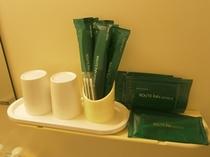 客室アメニティ<歯ブラシ・カミソリ・ブラシ・ボディスポンジ・ブラシ・綿棒をご用意しております>