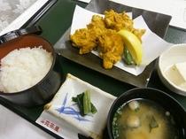 2食付プラン夕食メニュー例<唐揚定食>