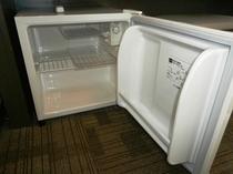客室には空の冷蔵庫がございます