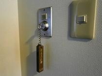 ルームキーを鍵穴に差し込むと電気が点きます