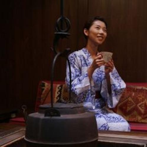 【施設】「りらっくす蔵」では囲炉裏でハーブティーを楽しむこともできます。