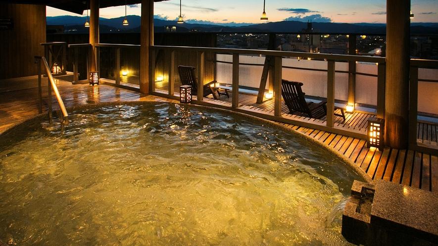 飛騨高山の美景を一望!星空を間近に愉しむ『男性専用眺望風呂』 ウッドデッキが肌にやさしい。