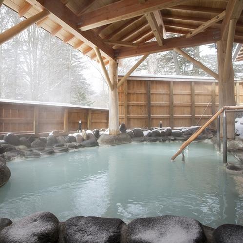 *温泉(露天風呂・冬)/源泉掛け流し乳白色の硫黄温泉をお愉しみください