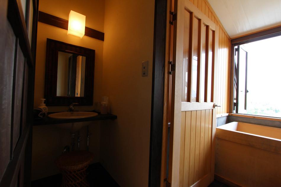 古民家スイートの展望檜風呂とパウダールーム