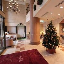 クリスマスツリーが飾られたロビー
