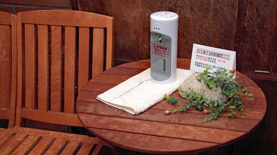 玄関に設置のアルコール自動噴霧器
