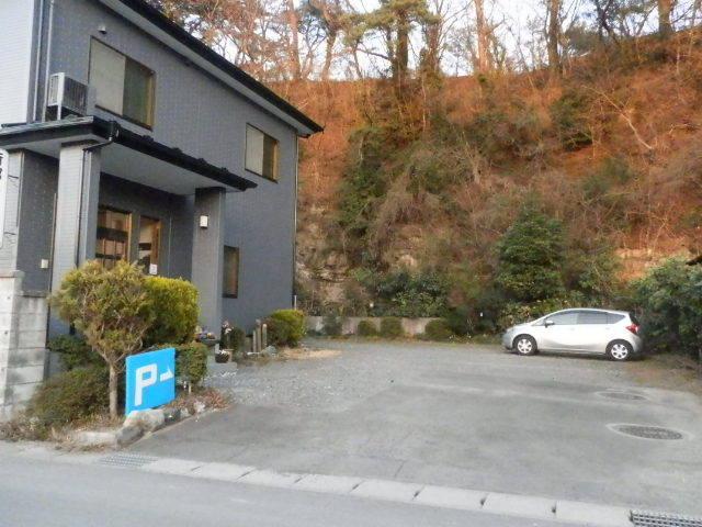 宿の前の駐車場