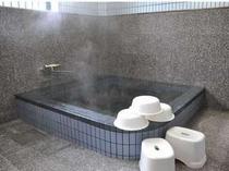 大浴場。大きな湯舟で一日の疲れを癒す