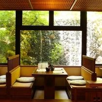 【旅亭「山翠」】朝はすがすがしい光の空間を、夕食時はモダンなひとときを・・・