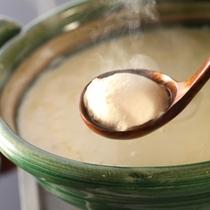 翡翠色の土鍋で名物「翠楼とうふ」と懐石料理をお楽しみ頂けます。