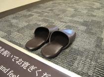 ※靴を脱いで寛ぐ仕様の室内(カーペット)※常備のスリッパ以外にディスポスリッパもご用意しております。
