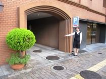 敷地内駐車場:(16台先着順:1泊1台【〜翌12:00】850円。満車の場合は提携駐車場へ。
