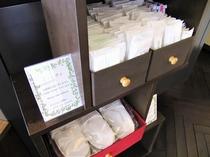 宿泊者用の無料アメニティ(フロントにてご用意しております)※歯ブラシ・綿棒は室内バスルームに備付。