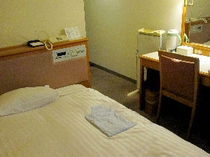 ■客室:シングル14平米。ベッドサイズは130cm幅とゆったりサイズ