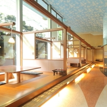 【お食事会場】コンベンションホールには半個室の小上がり処もあります。