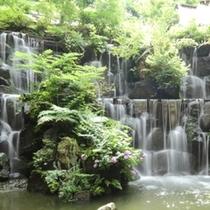 【ロビー】館内に入ると大きなラウンジには滝が流れています