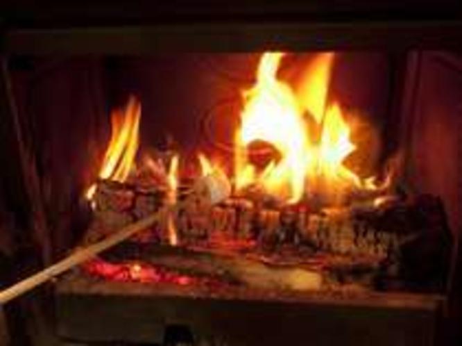 薪ストーブでマシュマロを焼く