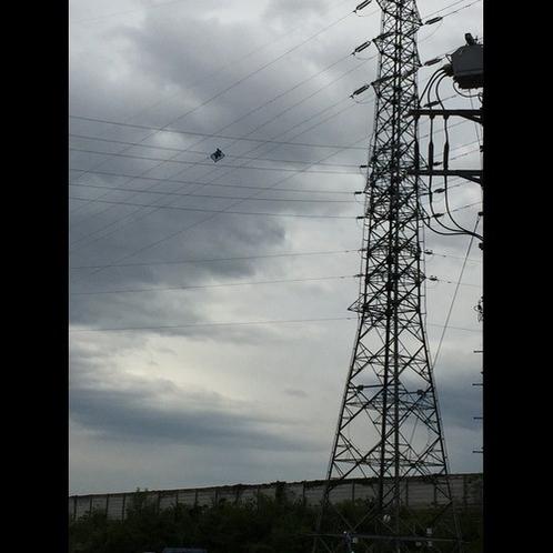電線の上で作業する人