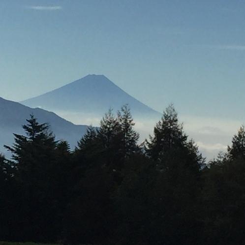 彼方に見える富士山