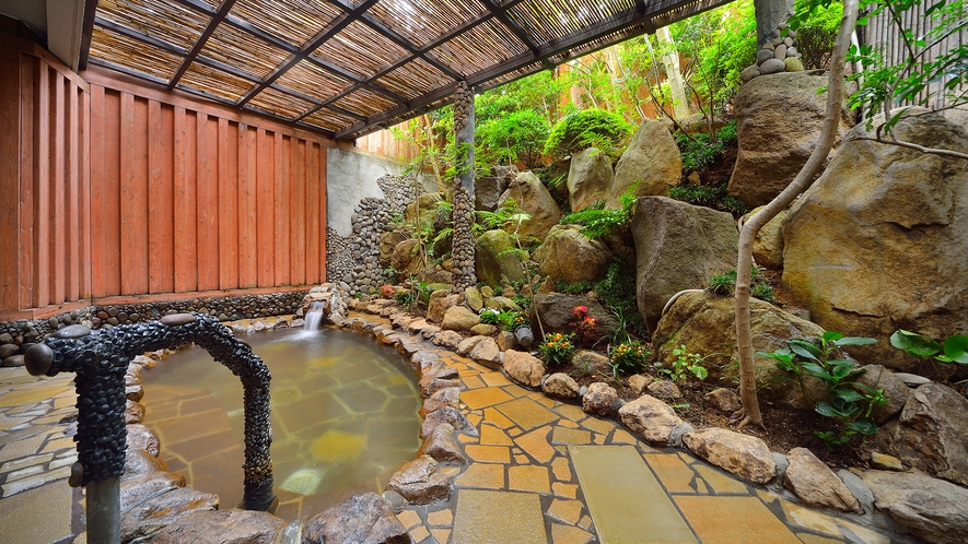 風呂の石貼りは長崎のオランダ坂の石を使い、和と洋が混在する長崎ならではの空間となっております。