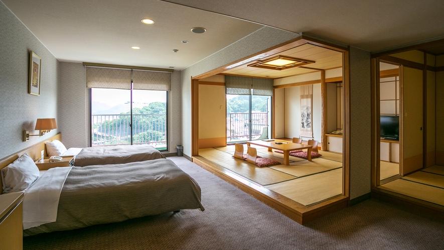【曙館デラックス和洋室】長崎港を望むベッドが2つと14.5畳の和室が融合した広々和洋室でございます。