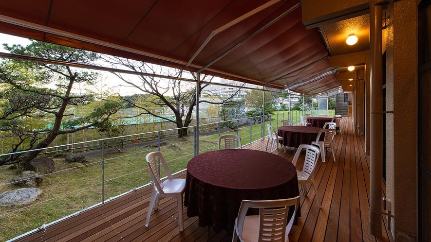 新型コロナ対策として、宴会場前の芝生にウッドデッキ《出島テラス》が完成しました!