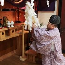 祭殿では希望者には朝のご祈祷に参加することも可能です。(別料金)