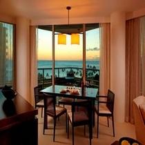 ■2ベッドルーム+デン オーシャンフロントスイート夜のリビング&ルーム&キッチン