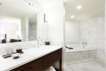 プレミアム 3ベッドルーム オーシャンフロントスイート バスルーム 一例