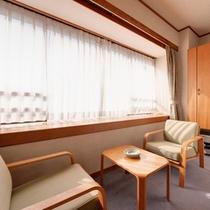 *和室8畳(客室一例)/窓辺の椅子に腰かけて、旅情に浸るひと時を。
