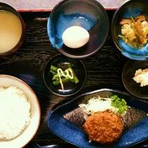 【ご朝食膳(一例)】おふくろの味をお腹いっぱいご堪能ください。