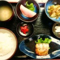 【ご朝食膳(一例)】ホッとするような家庭的なご飯をお召し上がりください!