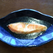 【朝食膳・1品(一例)】ふっくらと焼き上げた紅鮭はご飯がすすみます。