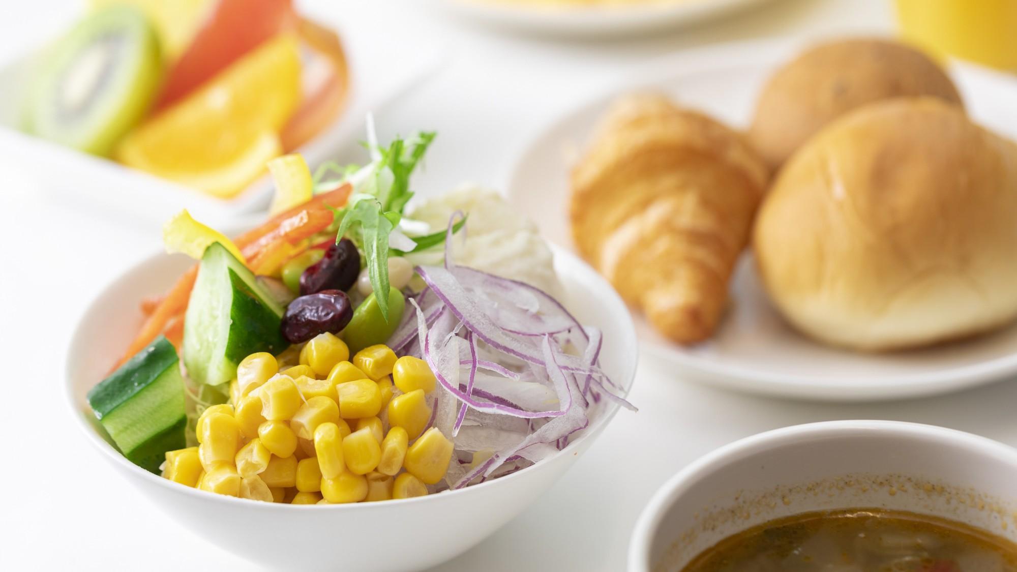朝食は和洋のバイキング形式