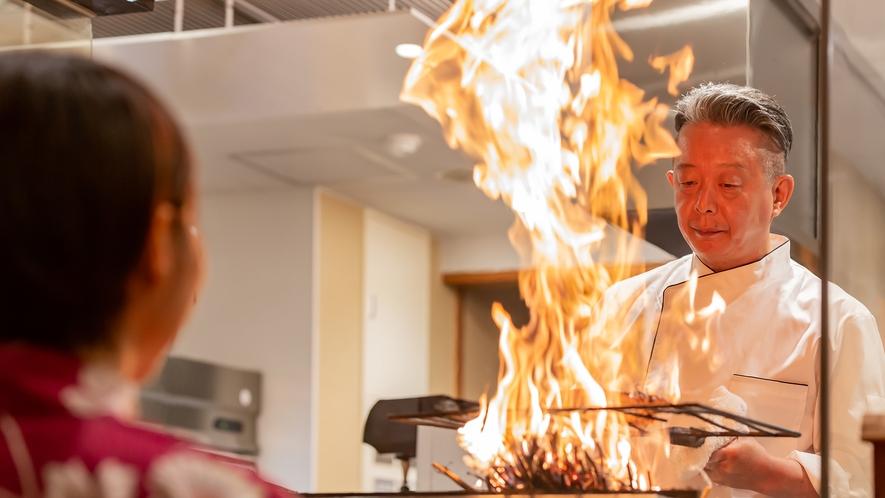 タタキを焼く料理長