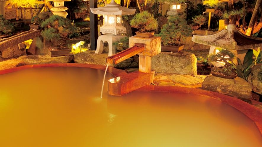 黄金色の露天風呂