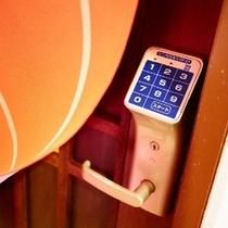 温泉入口 (女湯) 女湯のみ暗証番号が必要となります。