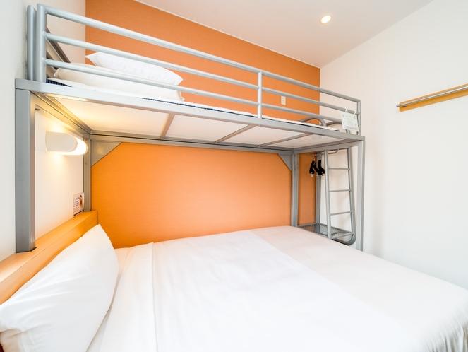 スーパールーム 150cm幅ワイドベット+90cm幅ロフト付きベッド。荷物も置けます♪