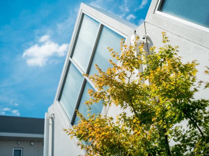 【天然温泉】三角窓 ホテル入口の三角窓が特徴的です♪