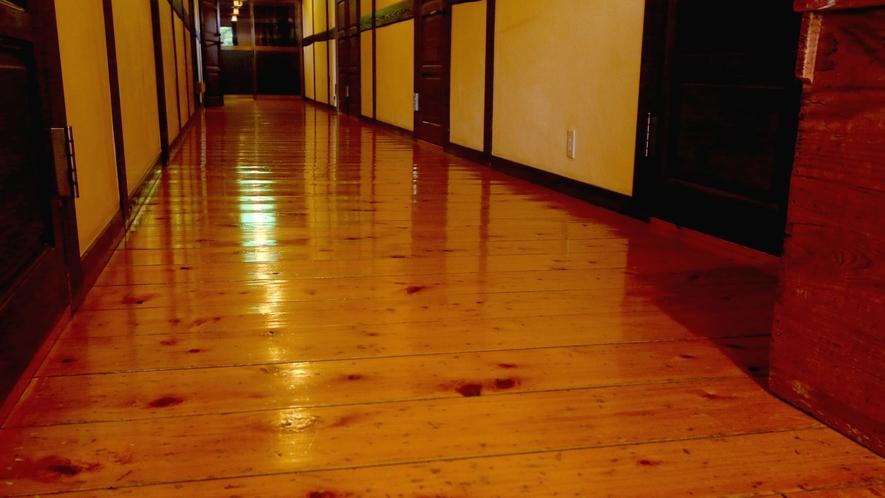 暖かみのある館内廊下。