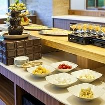 ご夕食のデザートバイキング一例※チョコレートファウンテンは期間限定で登場します。