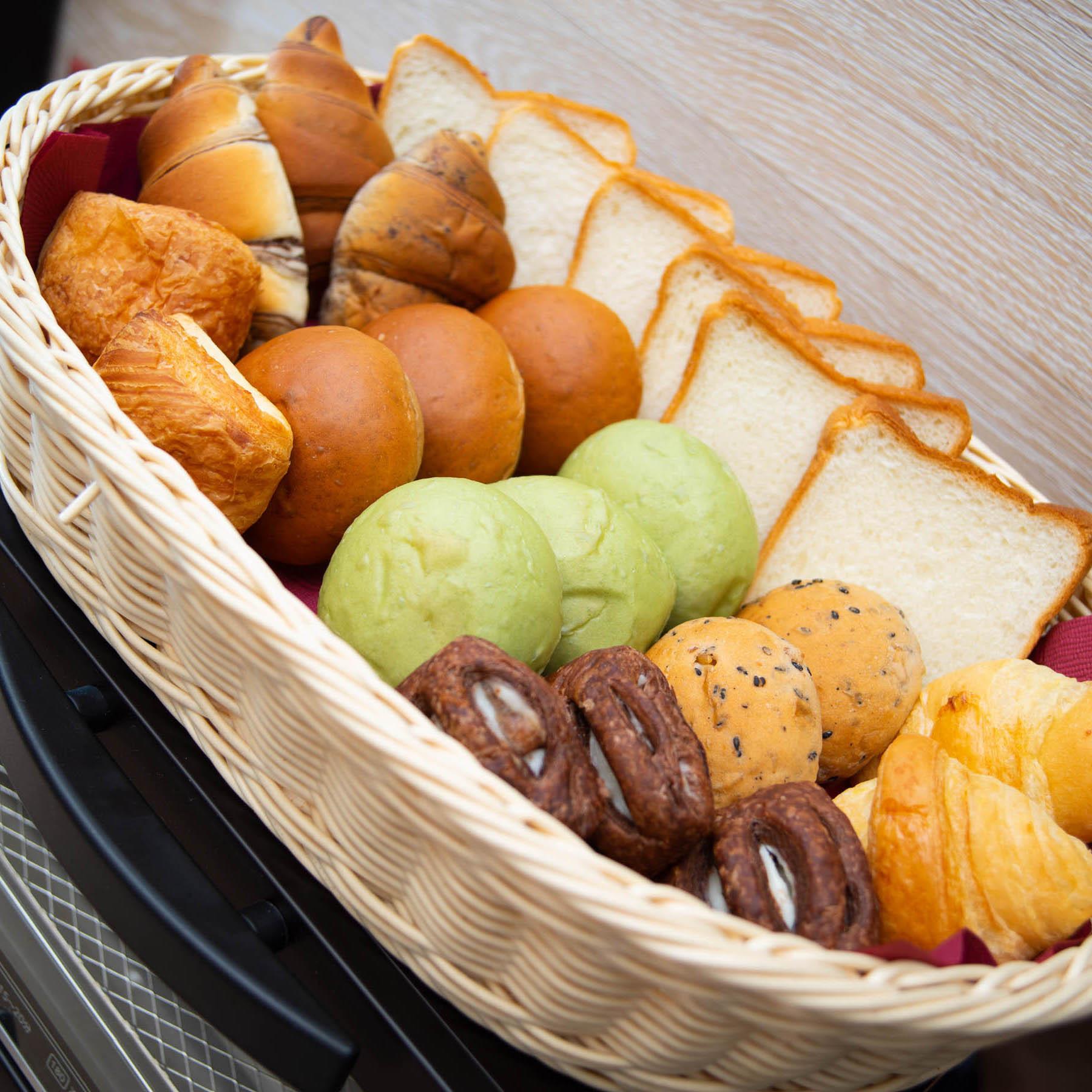 パンも各種ご用意しております♪トーストはトースターで焼いてお召し上がりください!!