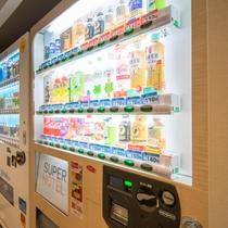 2階には自動販売機がございます!ソフトドリンクとお酒がございます♪