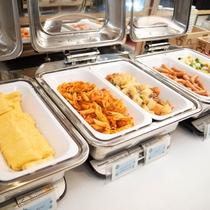 朝食はお肉・お魚や卵をはじめ、メニューは日替わりでご提供しております!!