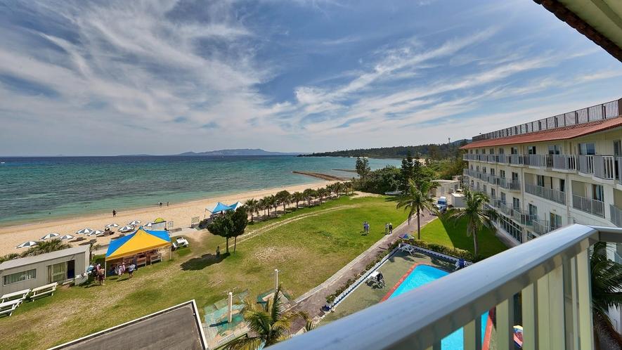 客室一例/お部屋のベランダから本部半島や東シナ海が望めます。
