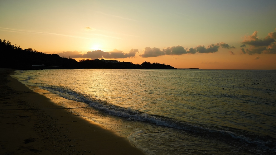 景観/夕焼け色に染まるビーチは神秘的な美しさ。