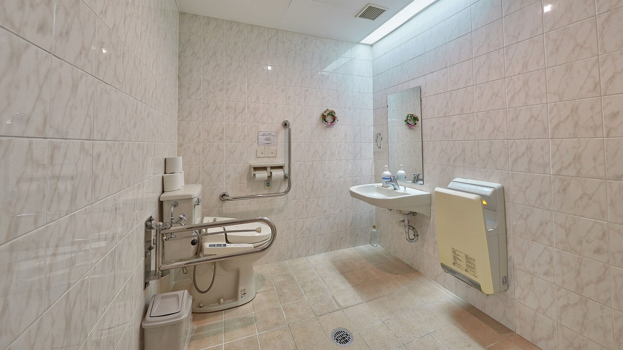 共有トイレ/車椅子をご利用の方でも安心してご利用いただける広々スペースのトイレ