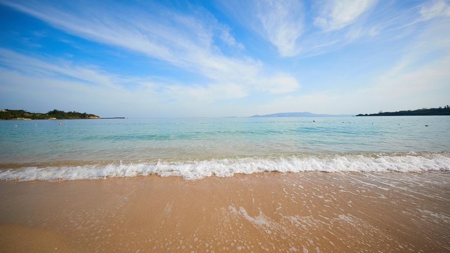 ビーチ/白い砂浜とエメラルドグリーンの海。極上のビーチライフをご堪能下さい。