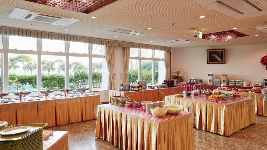 食事会場/心地よい陽射しが差しこむ会場でお食事をお楽しみください